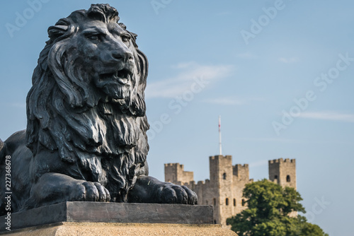 In de dag Historisch mon. Brass lion sculpture in Rochester