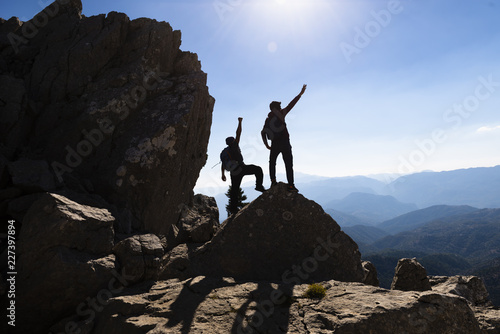Fotografía concept of two successful people at the top of the mountains