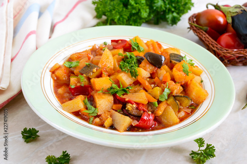 Foto Delicious vegetable stew in a bowl on the table