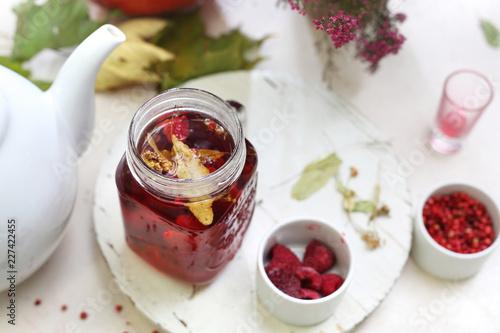 Herbata malinowa z kwiatem lipy.