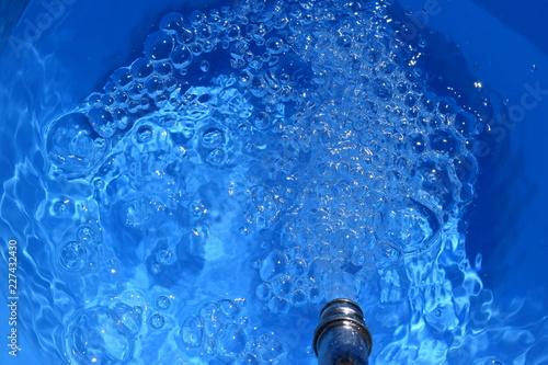 Valokuva  蛇口からバケツへ給水中
