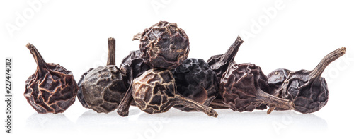 Photo Black Peppercorn (Cubeb) Isolated on white background