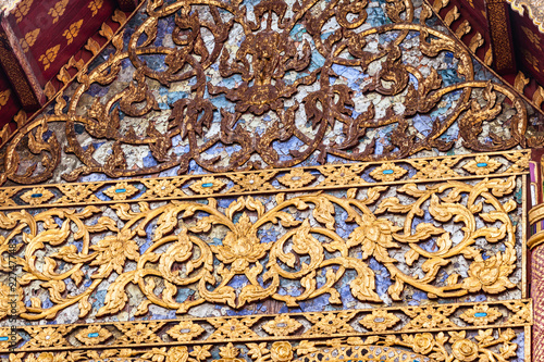 Foto  Intricate decorations of a buddhist temple
