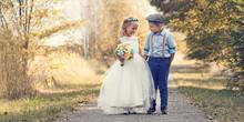 Zwei Kleine Kinder Als Brautki...