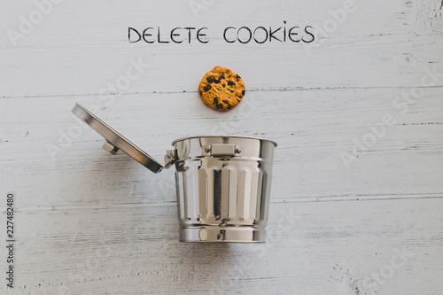 Fotografía  cookie going into a trash can with Delete text