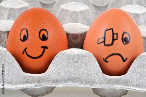 Un œuf content et un œuf blessé Canvas Print