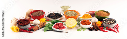 In de dag Aromatische Spices and herbs on table. Food and cuisine ingredients.