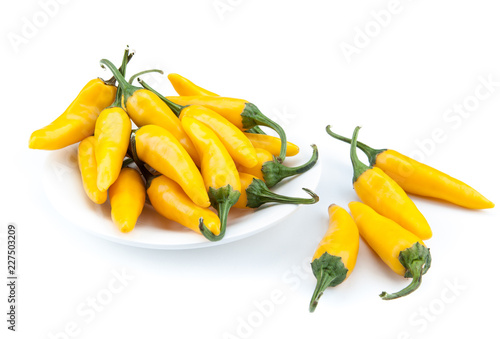 Photo  fruits of yellow fresh chilli pepper in a white plate