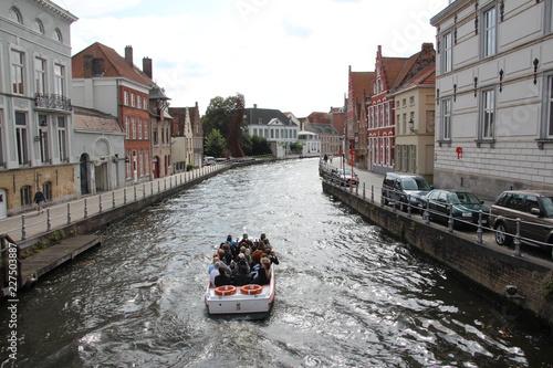 Deurstickers Brugge Blick auf Kanal mit Boot in Brügge (Tourismus)