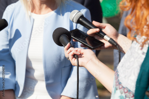 Reporters making media interview with business woman or female politician Fototapete