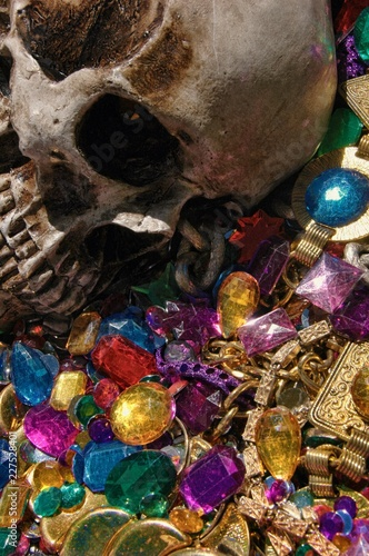 Photo Dreams of avarice, skull among jewels and gold.