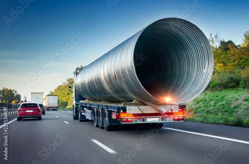 Cuadros en Lienzo  Schwertransport Lkw auf Autobahn - Heavy Freight  Truck on Highway