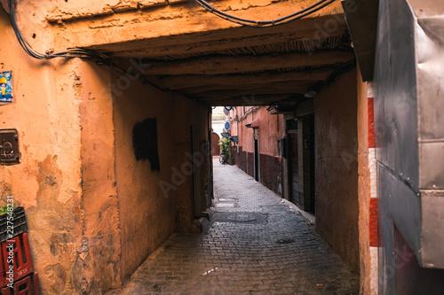 Poster Smal steegje Narrow red/orange alley street in medina of Marrakech, Morocco. .