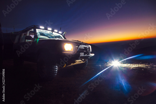 Keuken foto achterwand F1 Unrecognisable off-road vehicle in the mountains at dusk