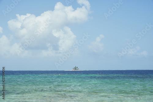 Poster Tropical strand Tinny tropical island in San Blas, Panama