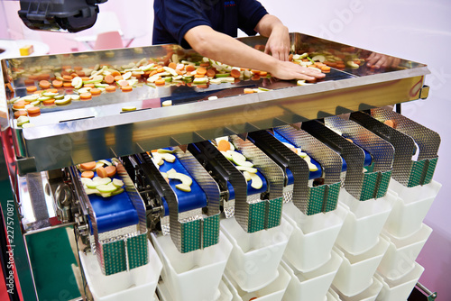 Sorting and packing machine of sliced fruits vegetables