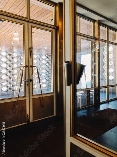 In de dag Centraal Europa Golden Retro-Styled Doors in East German Apartment Block