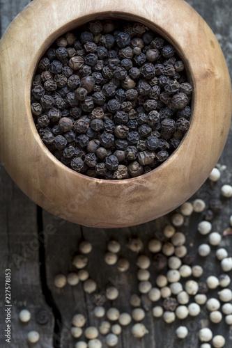 Fotobehang Kruiderij Black and white pepper