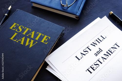Fotografía  Estate law, last will and testament in a court.
