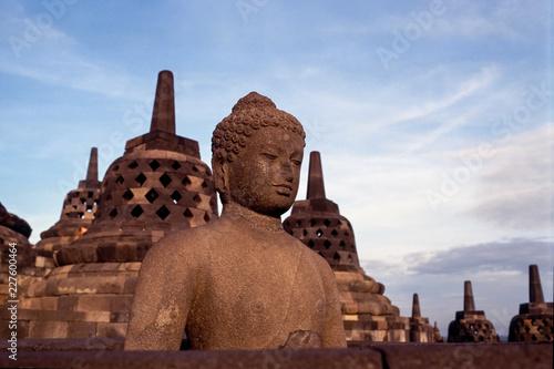 Tuinposter Boeddha Buddha mit Stupa im Hintergrund im Borobodur - Java,Indonesien