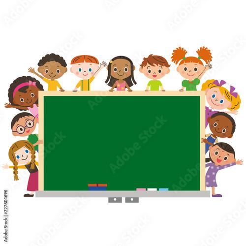 Fototapeta 黒板を囲む子供達
