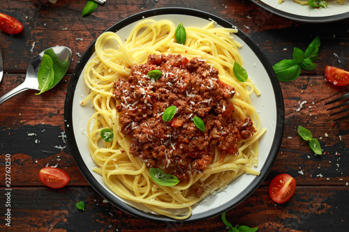 Photo Italian pasta bolognese with beef, basil and parmesan cheese
