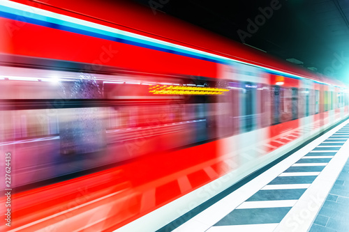 Fotografía  Subway metro train at railway station platform with motion blur
