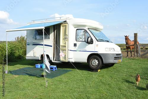 Printed kitchen splashbacks Horses een camper met paard in weitje en kip op boerencamping in Zuid-Limburg