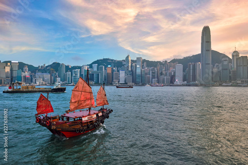 Photo  Junk boat in Hong Kong Victoria Harbour