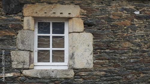 Façade En Pierre Noire Et Grise Avec Une Fenêtre Blanche à