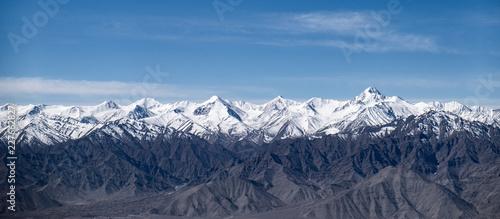 Stok Zakres Himalajów ze Stokiem Kangri, najwyższym szczytem górskim w Ladakhu, Dżammu i Kaszmirze w Indiach.