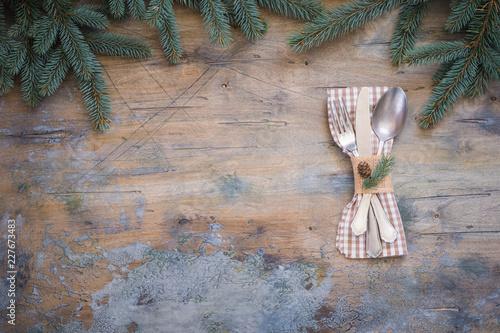 Fotografía  Christmas dinner table setting, decoration, vintage wooden background