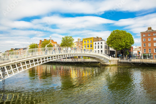Obraz na plátně Ha'penny Bridge and Liffey river, Dublin, Ireland