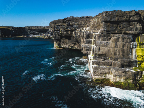 Photo Beautiful view of the Inis Mór cliffs. Taken by drone