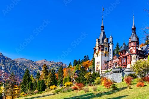 Zamek Peles, Sinaia, Okręg Prahova, Rumunia: słynny neorenesansowy zamek w jesiennych kolorach, u podnóża Karpat, Europa