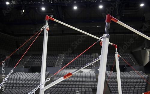 Montage in der Fensternische Gymnastik Uneven bars in a gymnastic arena