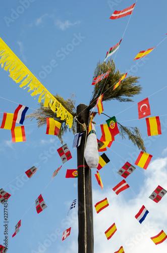 Fotografía  cucaña, greasy pole decorated with international flags