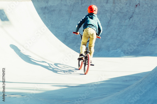 Fotografia boy pedaling his bicycle in a bmx park