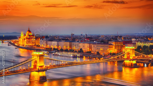 Montage in der Fensternische Budapest Budapest city night scene. View at Chain bridge, river Danube and famous building of Parliament