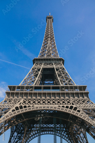 Foto  The Eiffel Tower is a metal tower in the center of Paris