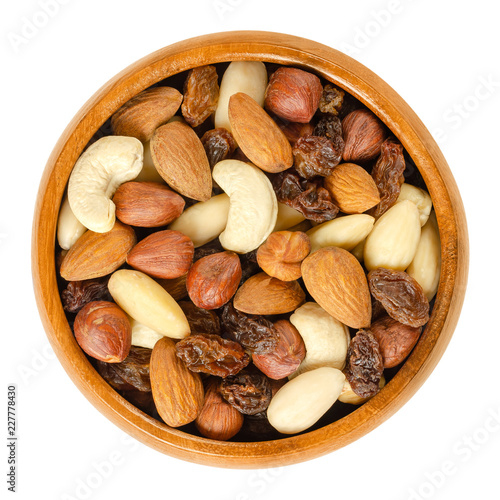 Fotografía Nuts and raisins in wooden bowl