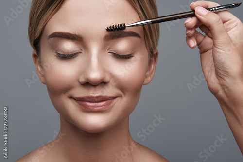 Photo Calm relaxed young lady sitting with her eyes closed and smiling while professio