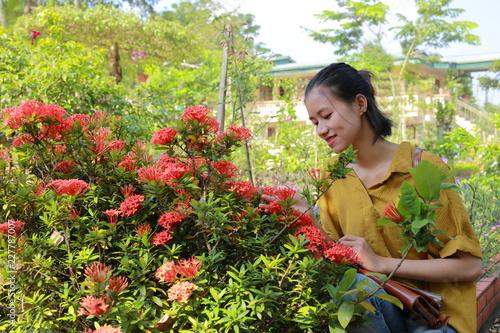 Plakat kobieta podróżująca po wiejskiej stronie Wietnamu