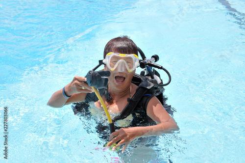 Foto op Plexiglas Duiken Tauchen im Pool