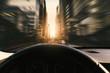 Auto fährt schnell auf Straße in der Stadt