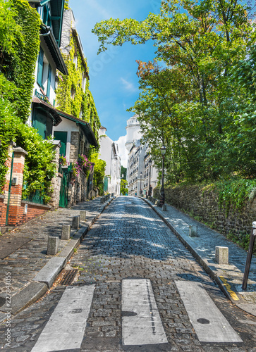 In de dag Centraal Europa Beautiful paved street in Montmartre neighborhood