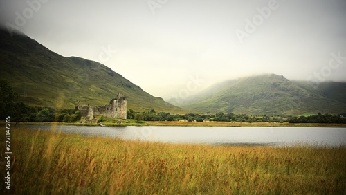 Valokuva  Abandoned Kilchurn Castle in windswept field in Scottish Highlands