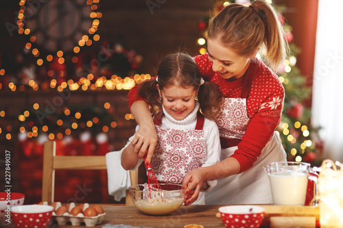 Fotografia happy family bake christmas cookies