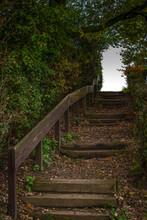 Treppe Führt Aus Dem Dunkel I...