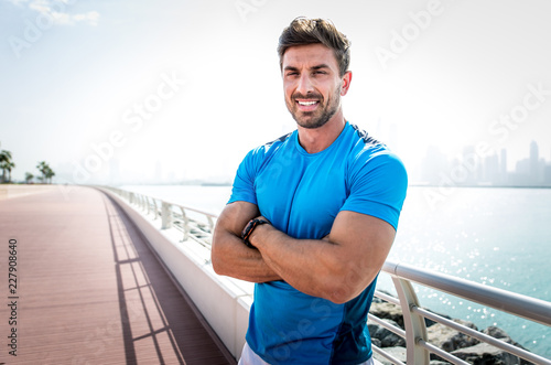 Fotografia  Beautiful man doing work out and different exercises outdoor